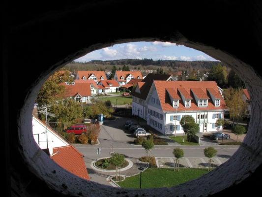 Aitrach Ortskern durch Fenster