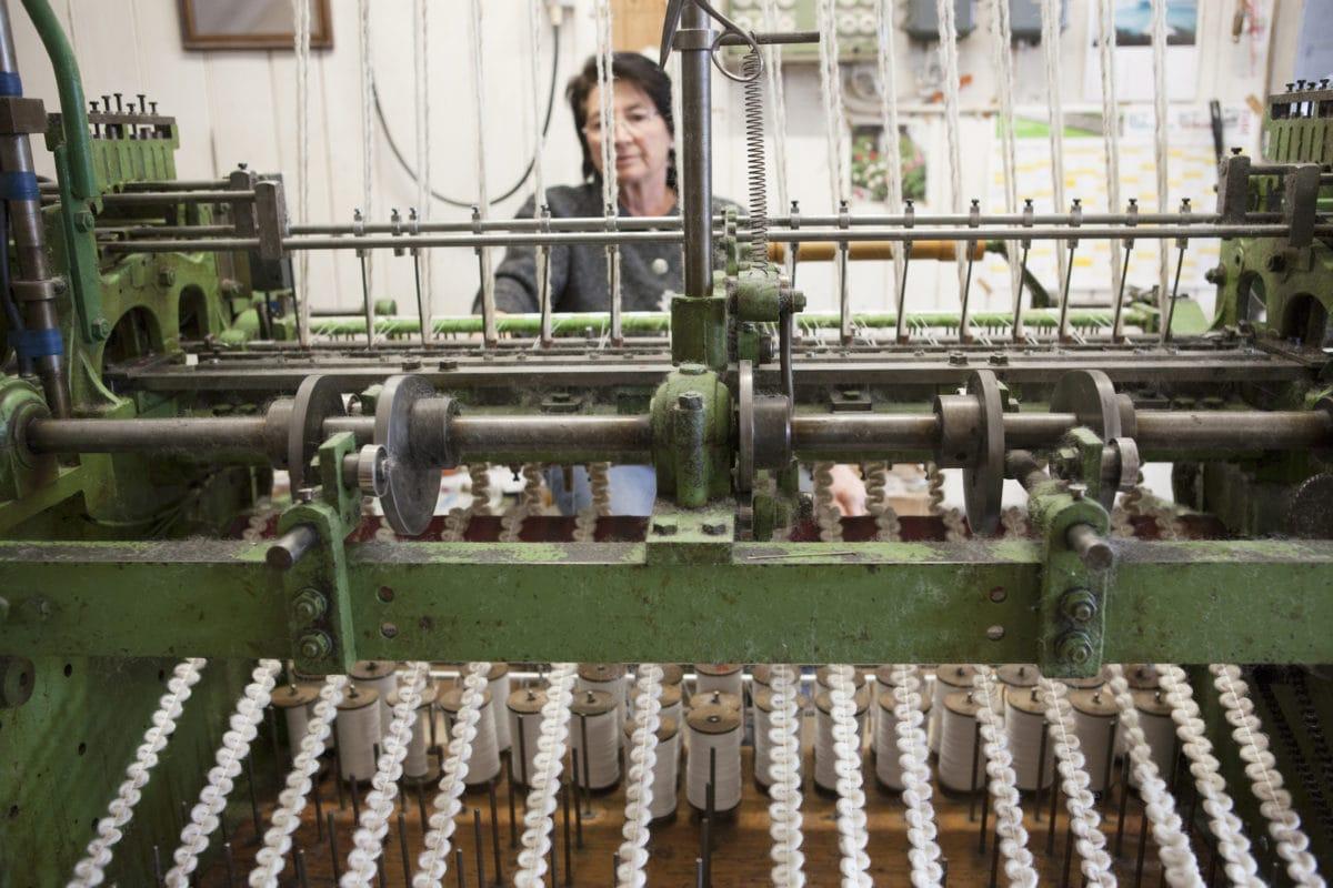 Weberin bei der Arbeit (Allgäuer Handwebereien Thalkirchdorf)