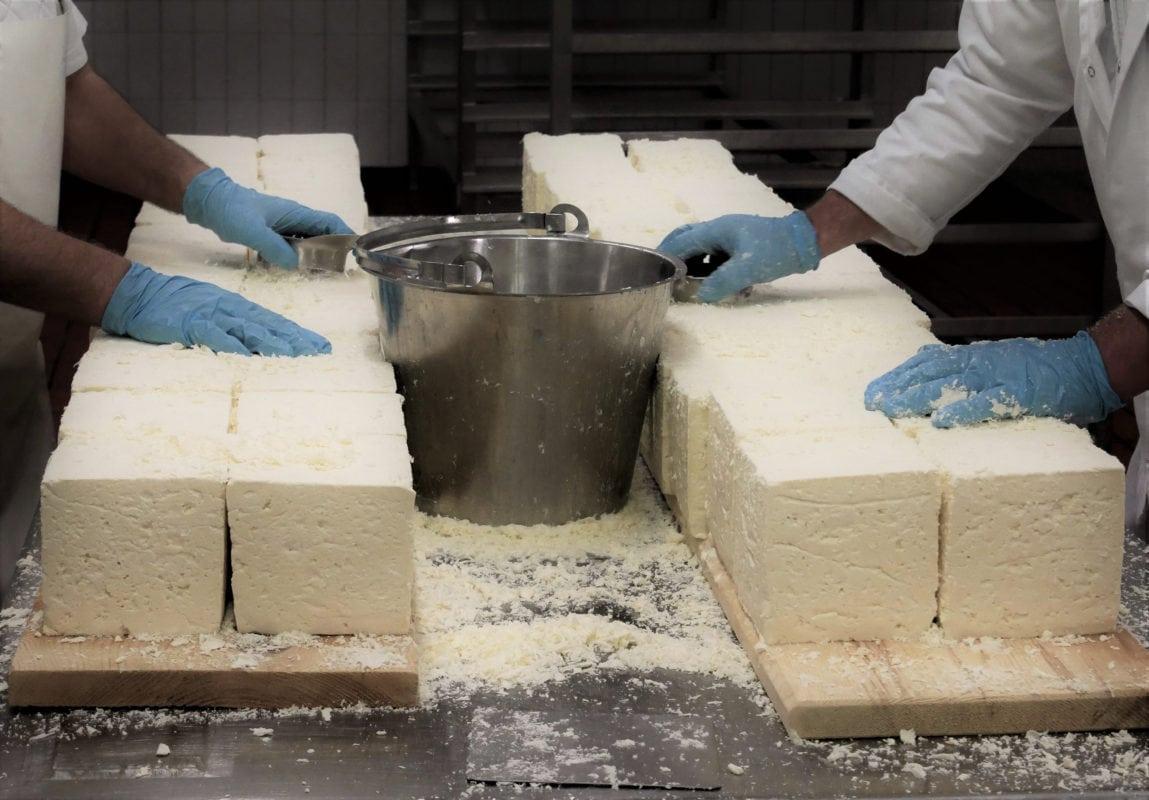 Allgäuer Hof-Milch Weißlackerherstellung (Einreiben mit Salz)