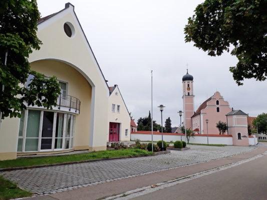 Bürgerhaus und Kirche St. Michael (Lutzingen)