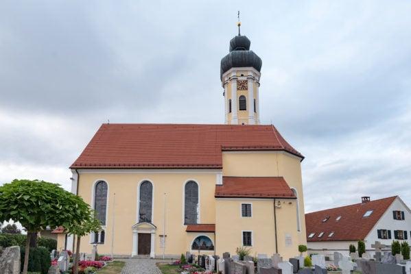 Dorfplatz mit Pfarrkirche (Maihingen)