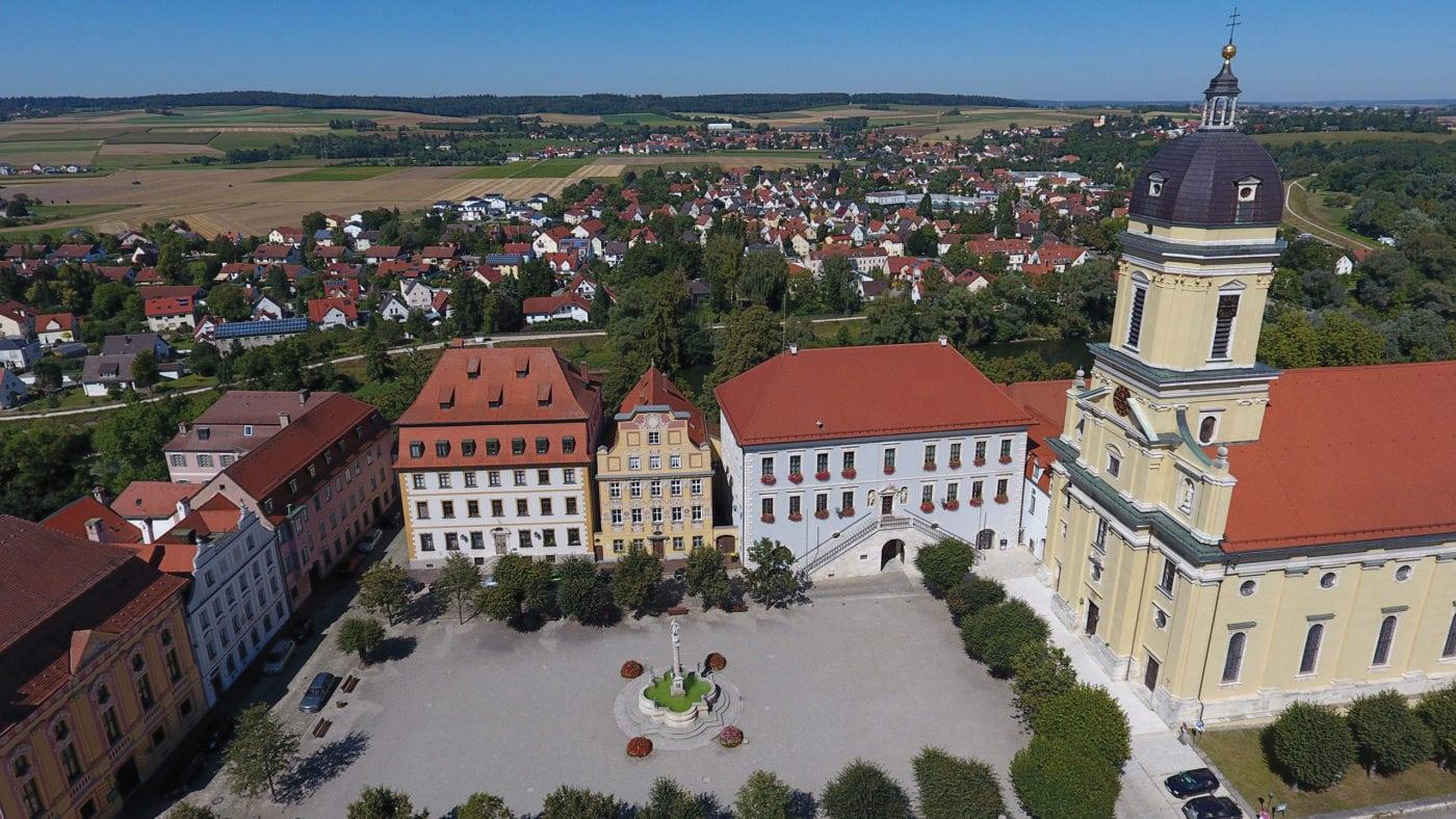 Karlsplatz mit Rathaus und Hofkirche (Neuburg an der Donau)