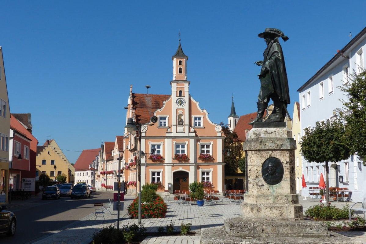 Rathaus mit Tilly-Denkmal (Rain)