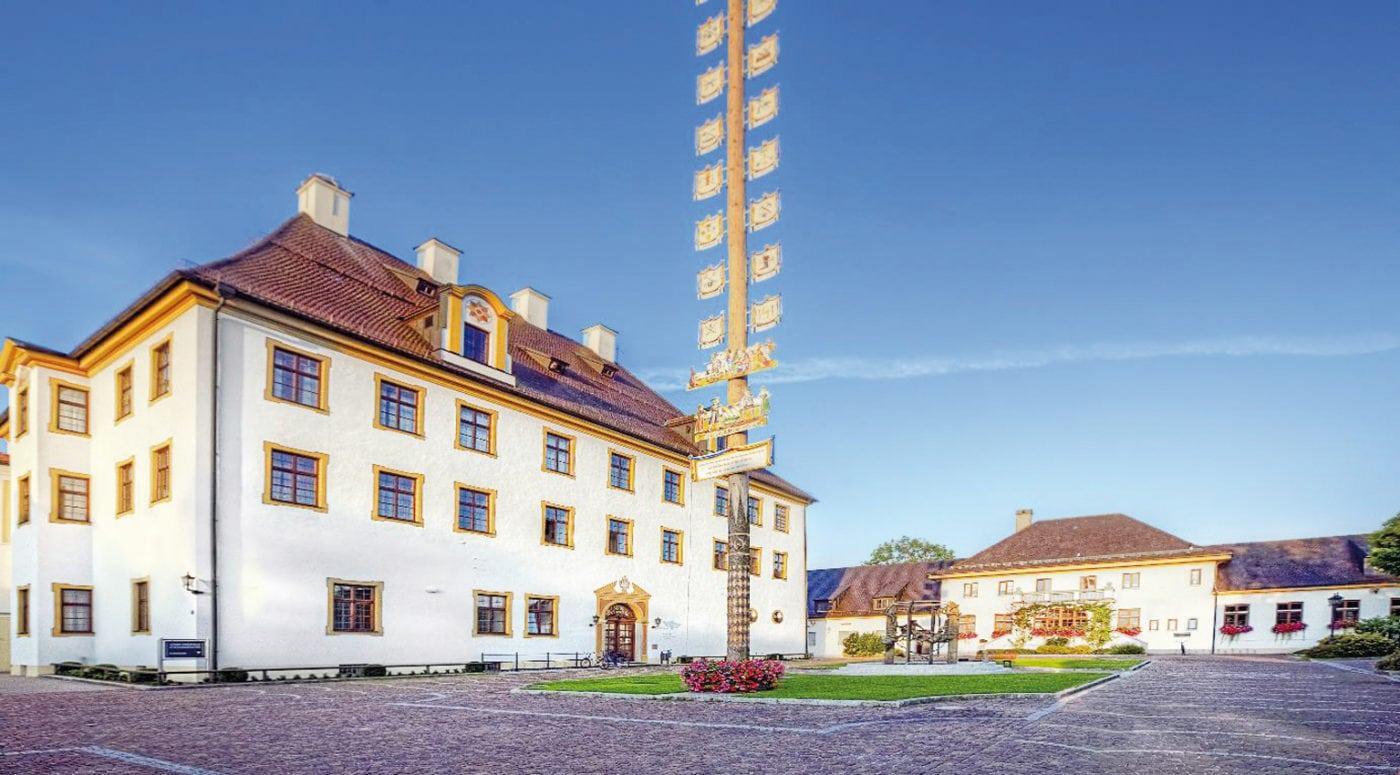 Türkheim Rathaus mit Schlosshof