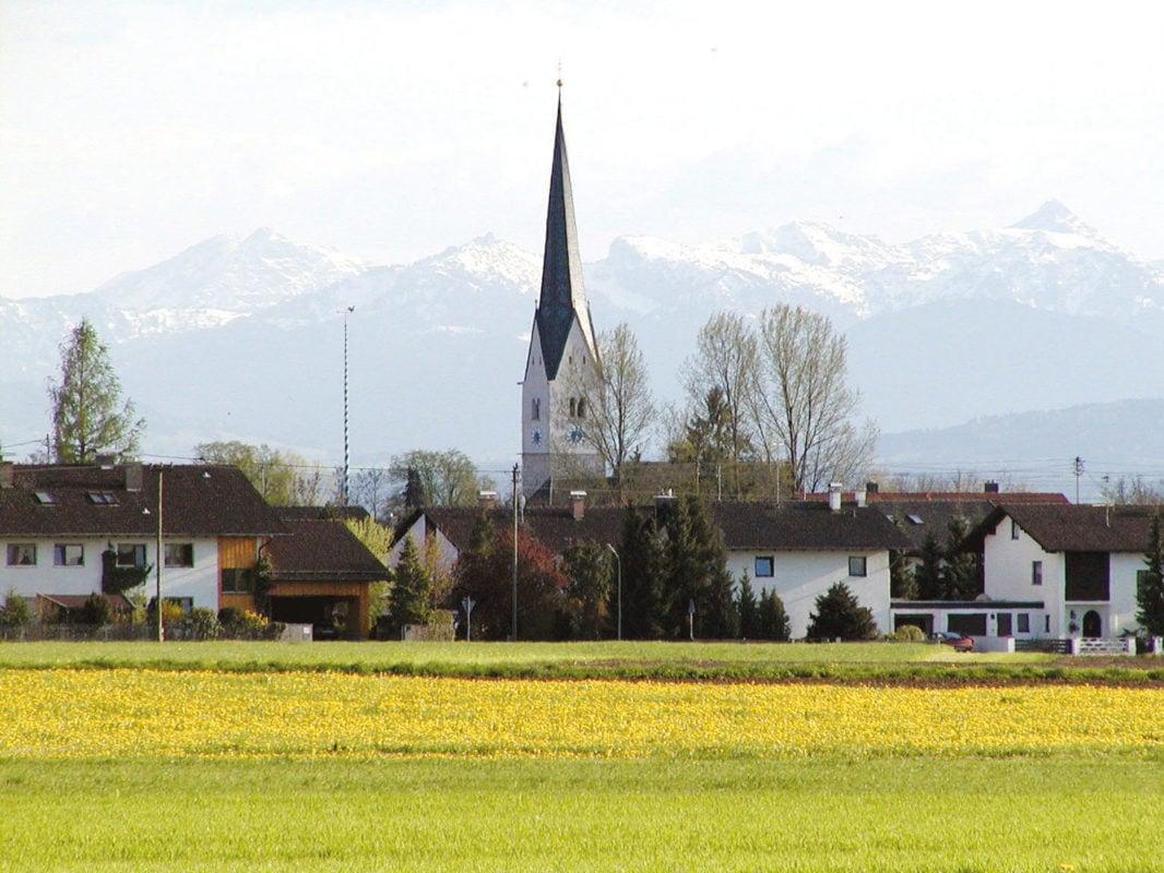 Wielenbach mit Bergen im Hintergrund